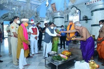 Governor visits Mangueshi temple