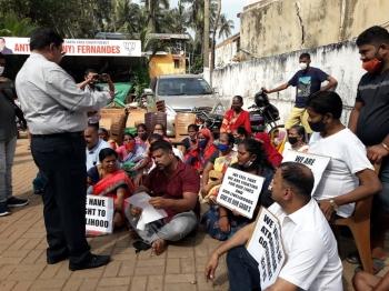 Kiosk owners, fruit vendors protest   outside St Cruz MLA's residence