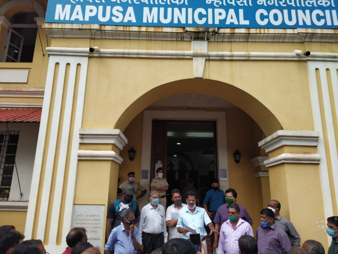 Mapusa farmers march to council, demand restoration of deleted names