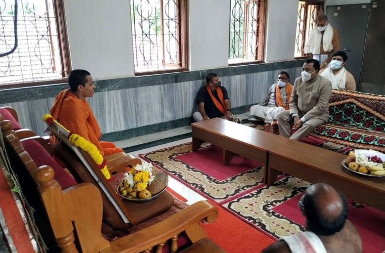 Governor pays condolence   visit to Partagal Math